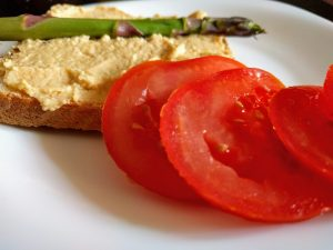 Hummus cu rosii si sparanghel